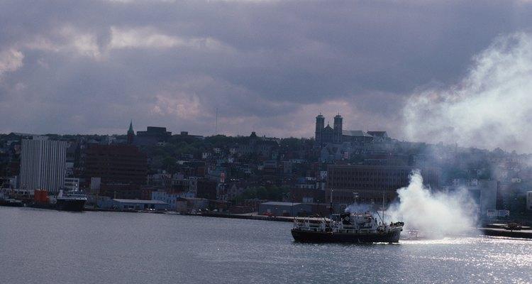 El primer barco de vapor, The Clermont, viajó a lo largo del Río Hudson a 5 millas (8 km) por hora.