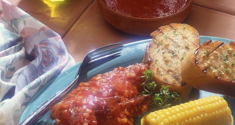 Las marinadas para el pollo a la parrilla le pueden agregar mucho sabor a la carne.
