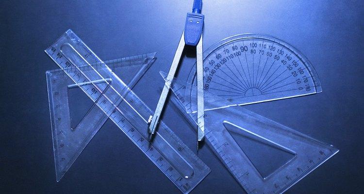 Una escuadra de carpintero te permite medir ángulos de 90 y 45 grados.