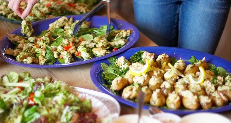 Calcule quantidade de comida para grandes grupos em eventos à mesa ou bufês