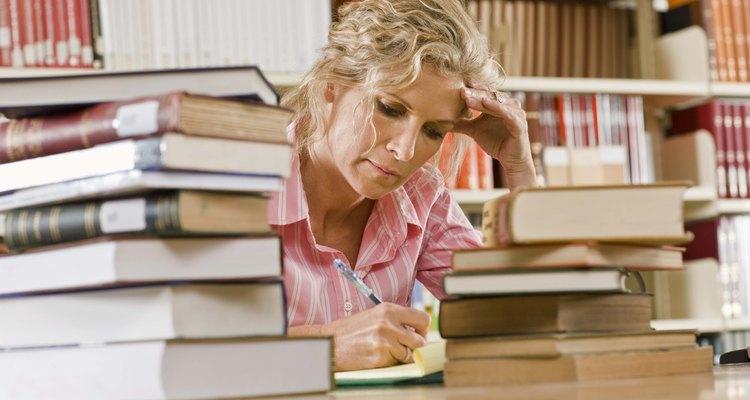 A fundamentação se baseia, em parte, em pesquisas bibliográficas