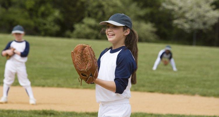 O softbol pode ser uma divertida alternativa para o basebol, com uma bola mais macia e um campo menor
