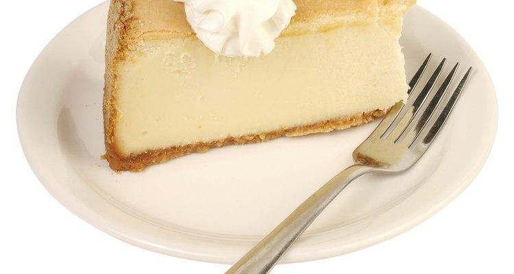 Cubre las diminutas grietas sobre el pastel de queso con gotas de nata montada.