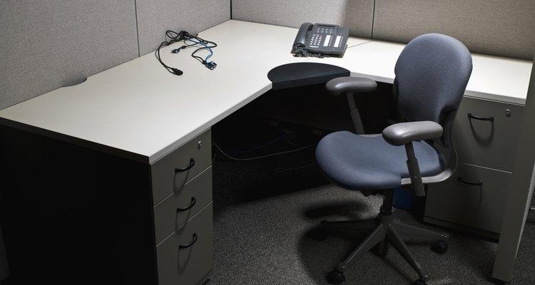 Los escritorios con forma de L es ideal para colocar en una esquina de la habitación.