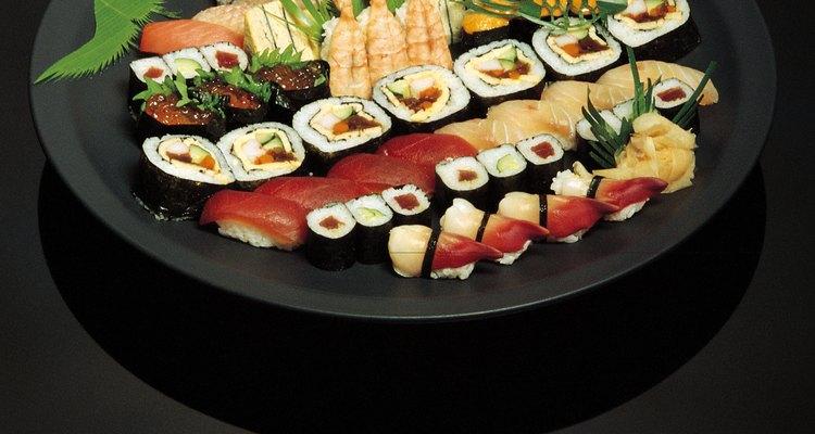 Sushi normalmente é servido em uma bandeja com vários tipos de peixe cru