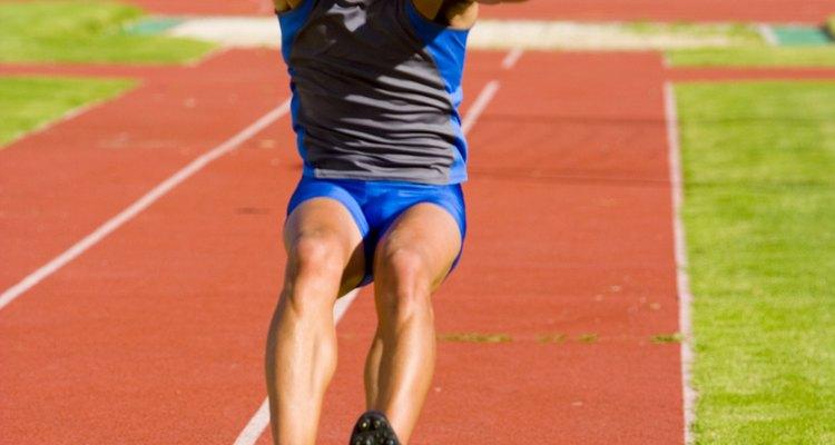 Essa modalidade é diferente dos outros tipos de salto, já que os atletas não podem correr para ganhar impulso