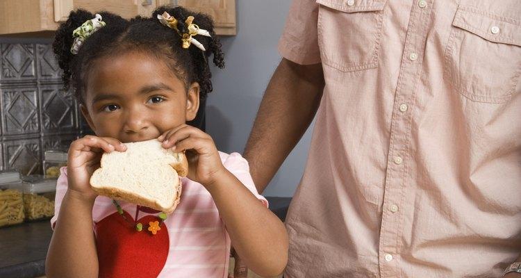 Si tu niño reacciona al comer pan de trigo, habla con su médico.