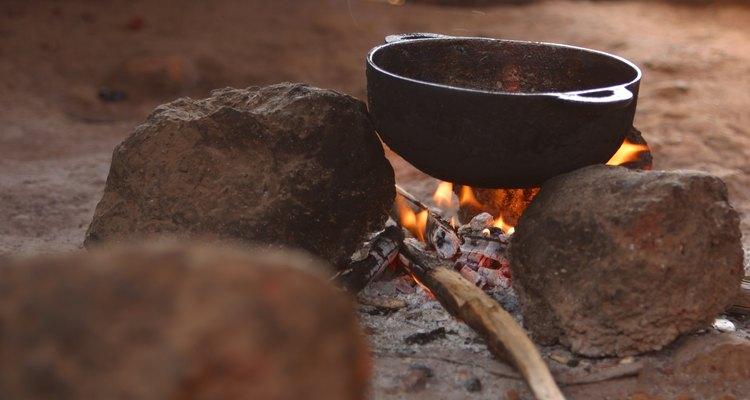 Comida queimada em uma panela pode deixar cheiros ruins