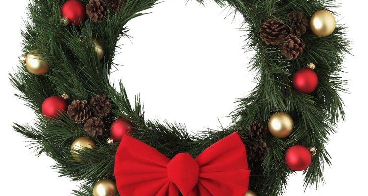 Las coronas navideñas engalanan nuestras puertas .