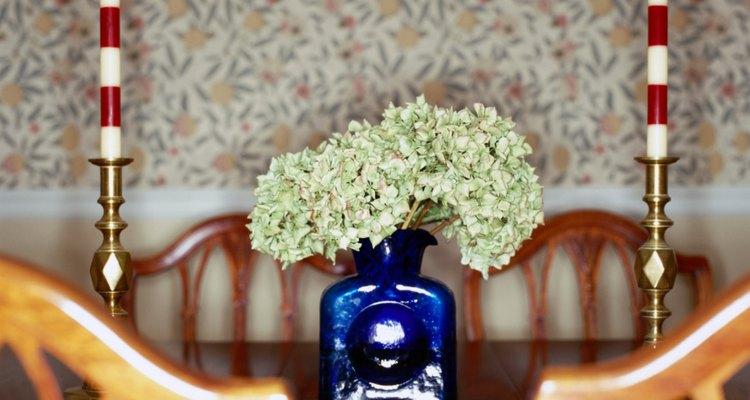 El secado de las hortensias les da una segunda vida como un arreglo floral seco.