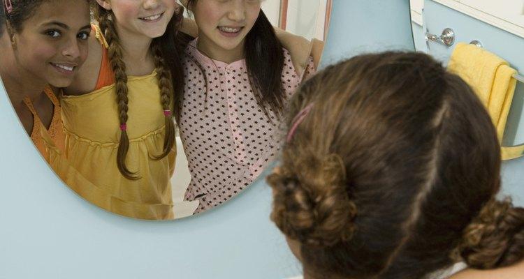 Un espejo plano es la base para las decoraciones personalizadas en un cuarto para adolescentes.