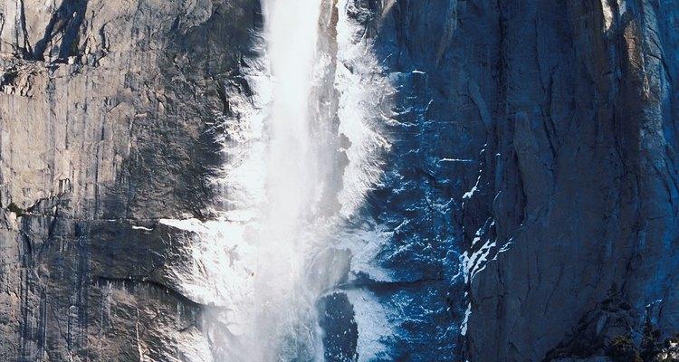 La caída de agua en Yosemite Falls es verdaderamente impresionante.