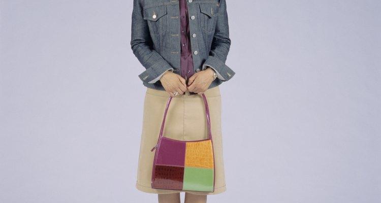 Esta bolsa evita que el atuendo neutral se convierta en demasiado monótono.