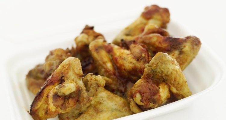 Asas de galinha vão bem com muitos pratos de acompanhamento quentes e frios