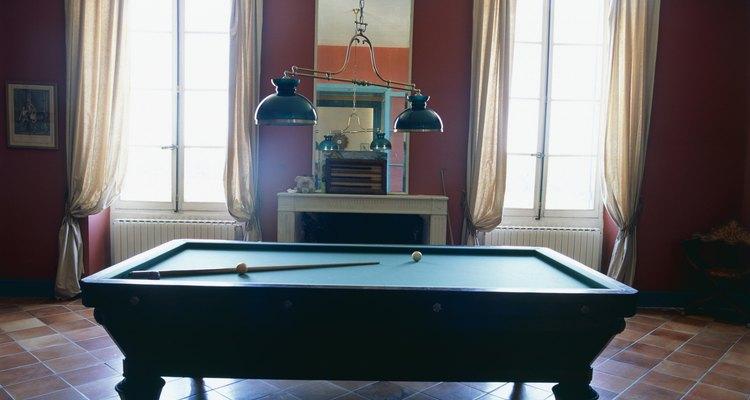 Mesa de bilhar em uma sala vazia