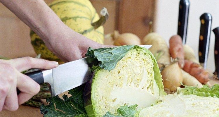 Corta el repollo en finas tiras para freírlo en la sartén.