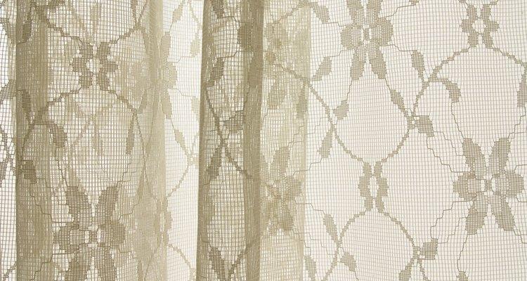 Faça a bainha das suas cortinas para que elas não fiquem arrastando pelo chão