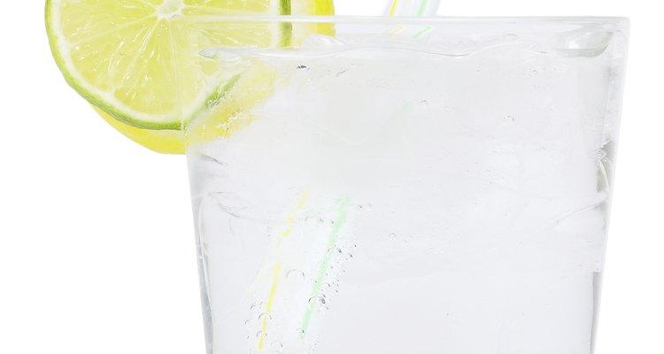 Gim com tônica é um popular coquetel feito com água tônica