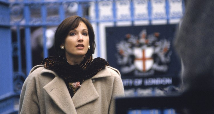 Mujer con abrigo largo.