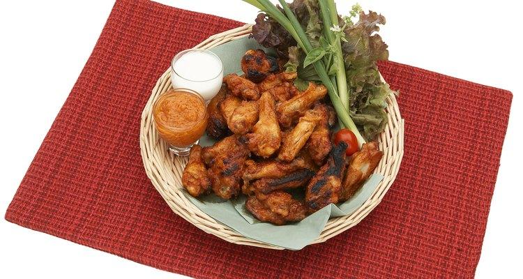 Sirve las alitas de pollo como una comida ligera o como un aperitivo abundante.