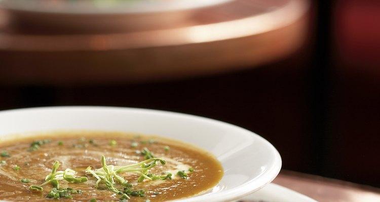 Las guarniciones como panes o galletas saladas son el acompañamiento ideal para los platos de sopa.