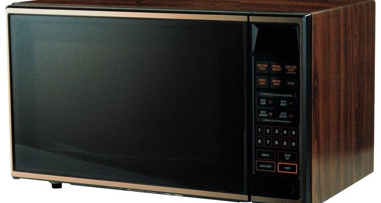 Instale o micro-ondas na distância correta acima da superfície onde se cozinha