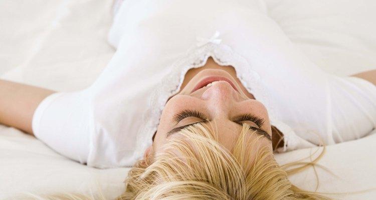 Dormir de barriga para cima coloca menos pressão sobre seu pescoço e coluna vertebral