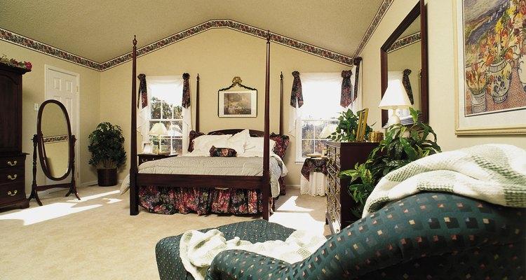 Um espelho de teto pode transformar o seu quarto