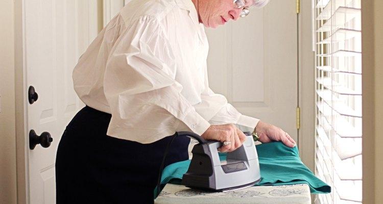 Pressione um vestido de seda e lã em vez de passá-lo a ferro quente