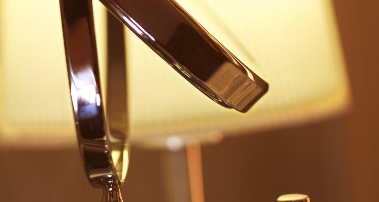 Objetos domésticos cromados, como um suporte ajustável para espelho