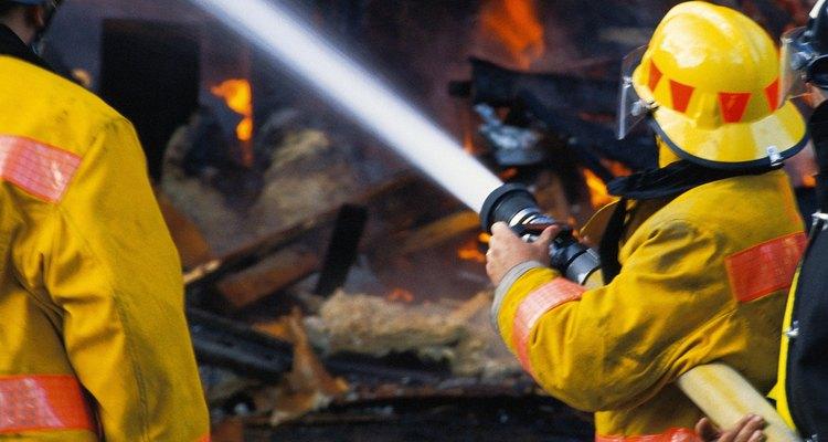 Os bombeiros usam coordenação e agilidade para apagar incêndios e salvar vidas