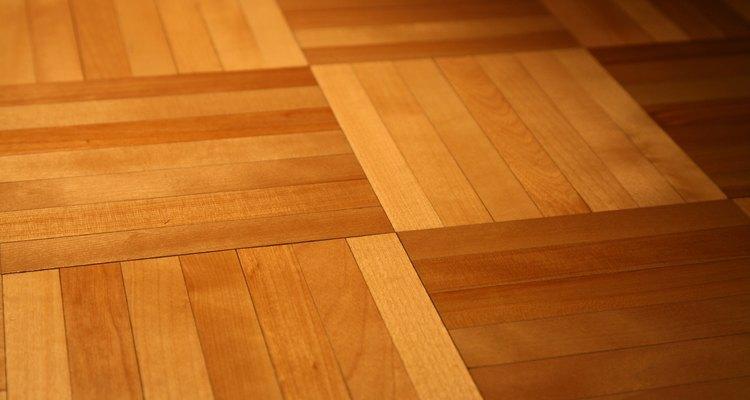 A aplicação de várias camadas de poliuretano na madeira promove um acabamento mais resistente e durável
