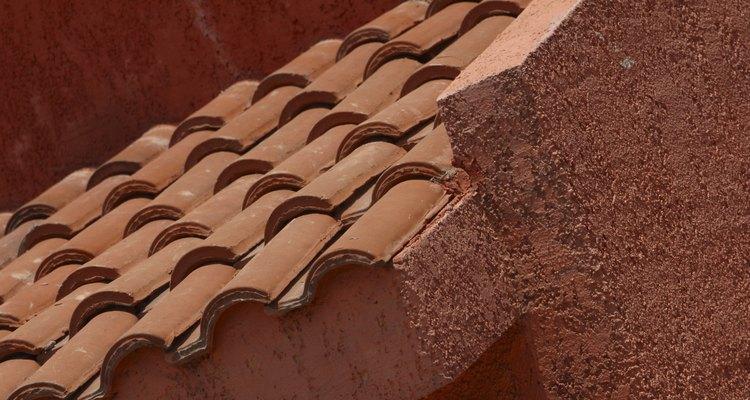 Para pintar as paredes externas, escolha cores que complementem o telhado de telhas vermelhas
