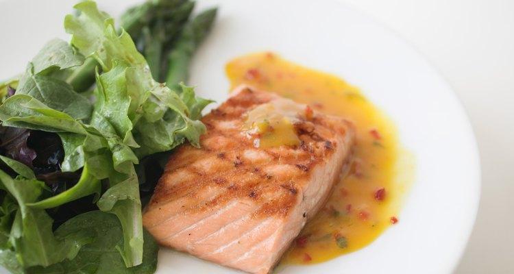 Uno de los platos favoritos del sur de Italia es envolver el atún en una mezcla de sal marina y huevo y cocinarlo hasta que la sal se endurezca.