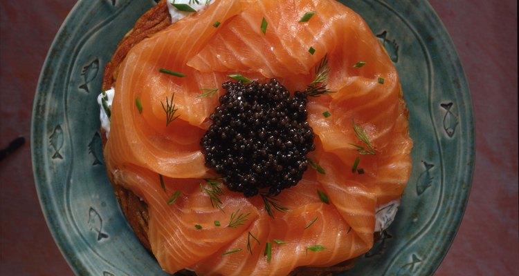 O salmão é rico em ômega-3, um dos ácidos graxos essenciais que o corpo humano precisa para funcionar bem