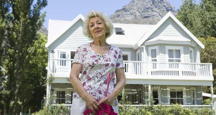 Varias escaleras pueden ser un problema para las personas mayores que viven en una casa de dos niveles.