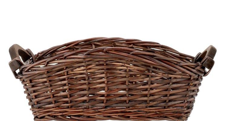 Faça a sua cesta de vime ficar mais bonita colocando um forro de tecido colorido