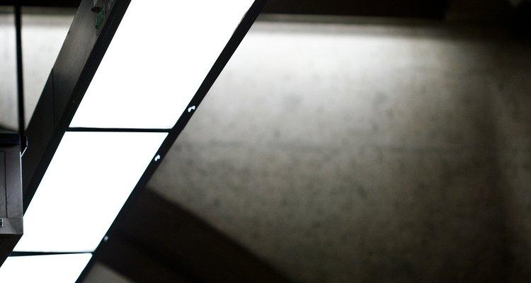 Los balastros electrónicos mantienen a las luces fluorescentes brillantes con menos energía.
