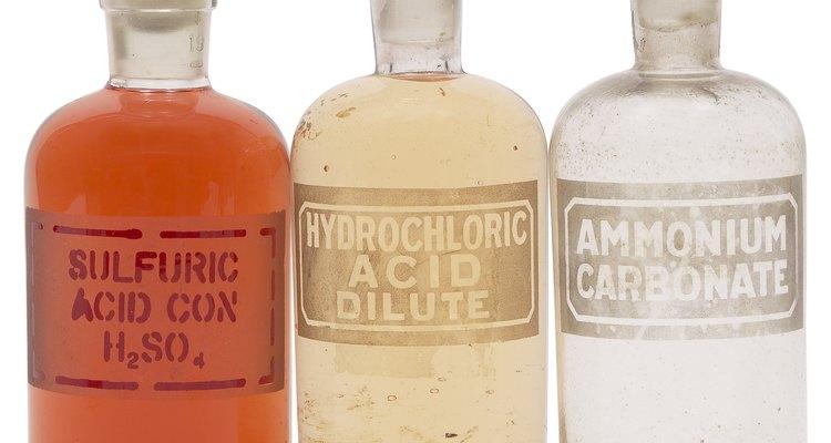 El ácido clorhídrico y sulfúrico son dos componentes comunes de los productos hechos para destapar.