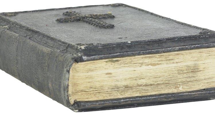 Bíblias levam a palavra de Deus e muitos as consideram sagradas