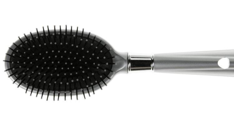En este caso lo mejor es un cepillo plano redondeado.