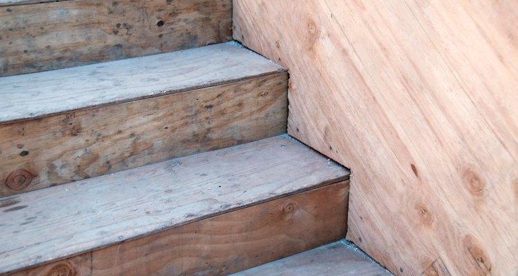 Escadas de madeira são bonitas, mas podem ser muito escorregadias