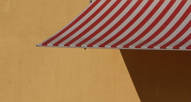 Os toldos de lona podem ser uma ótima maneira de contribuir para o design exterior da sua casa