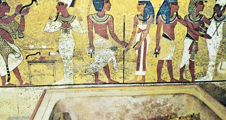 Durante os períodos Clássico e Medieval, os egípcios usavam roupas simples feitas majoritariamente de linho