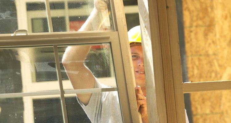 Verifica en una ferretería local las muestras de materiales de las ventanas.