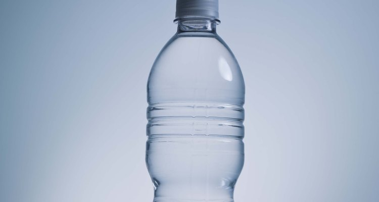 Usa una sencilla botella de plástico para hacer un regador automático.