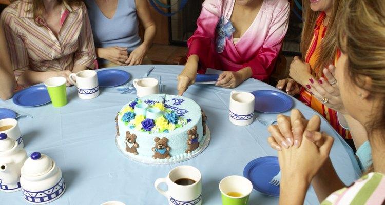 Piensa a quién dirigir el mensaje del pastel de un baby shower.