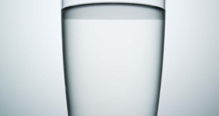 Use um copo ou jarra para encher o aquário