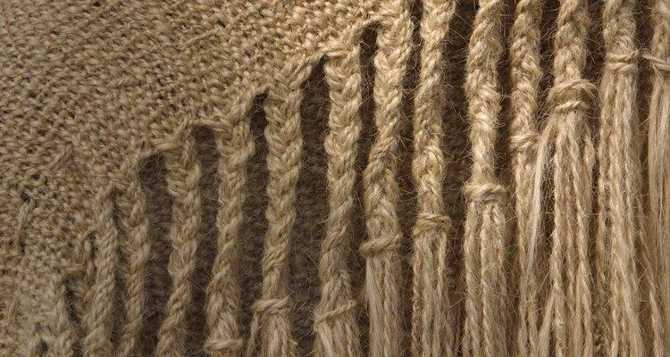 Los cubrecamas de tela tejida pueden ser rematados con flecos en los lados largos.
