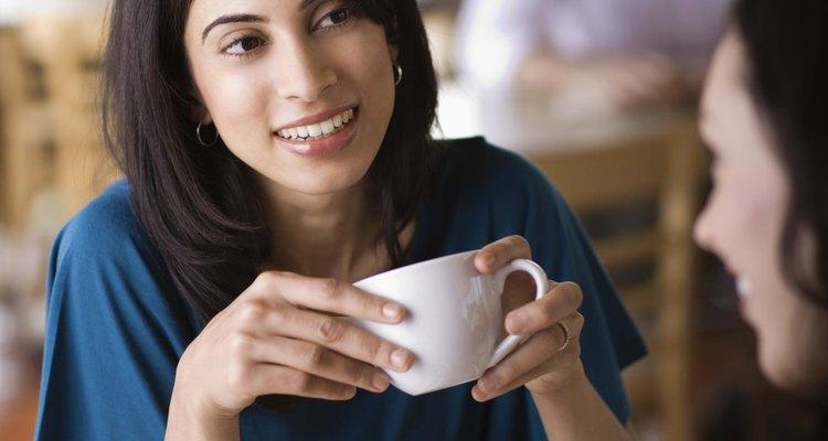 Los amigos pueden tener conversaciones informales que no ocurren dentro de la familia.